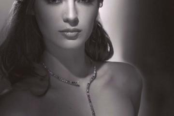 Louise Bourgoin, en robe Yves Saint Laurent
