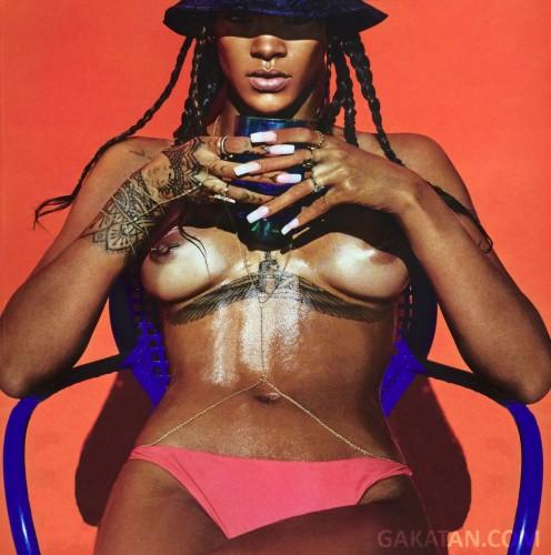 Rihanna-nue-LUI-magazine-6-GaKaTaN