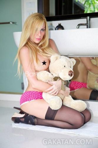 Andrea-nue-qui-veut-epouser-mon-fils-escort-girl-entervue-juin-2014-04
