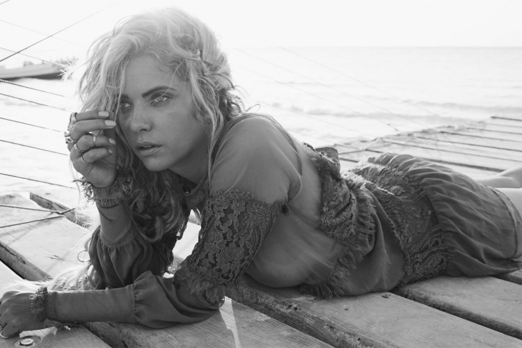 ashley-benson-nue-nude-topless-find-your-californian-travel-7